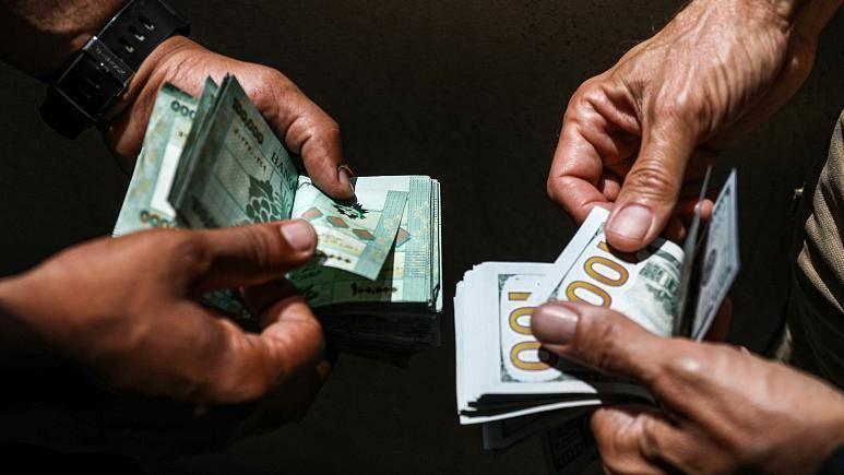 La livre libanaise continue de s'effondrer face au dollar et frôle les 9.000 LL