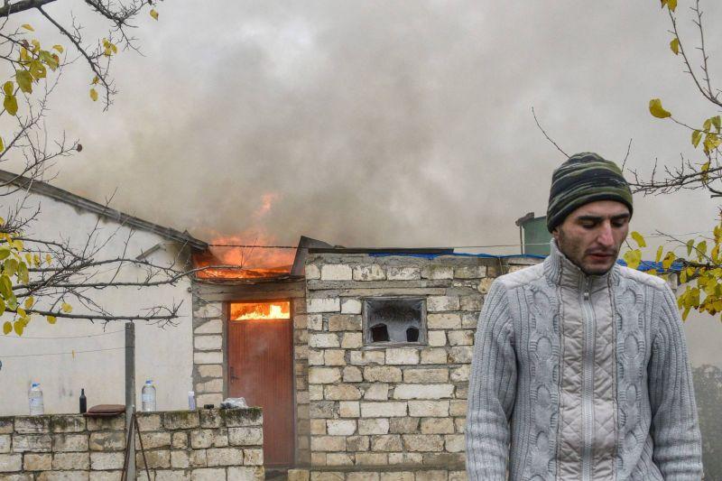 Maisons en feu et baraquements détruits, les Arméniens quittent Aghdam