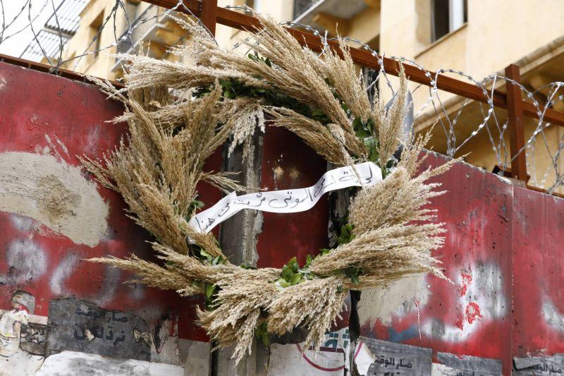 Des activistes accrochent des couronnes mortuaires devant plusieurs bâtiments publics