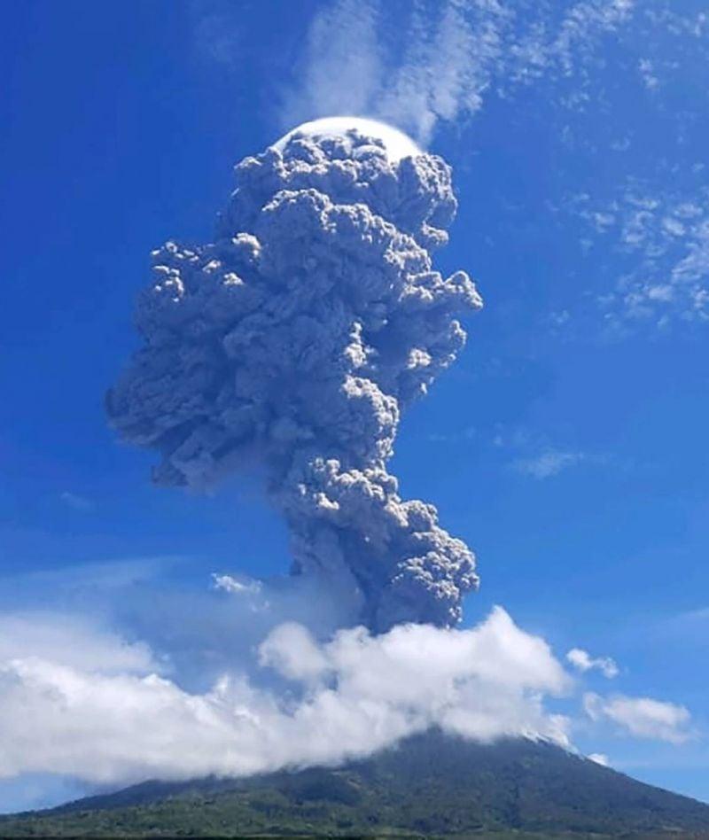 Un volcan indonésien en éruption, l'aéroport local fermé