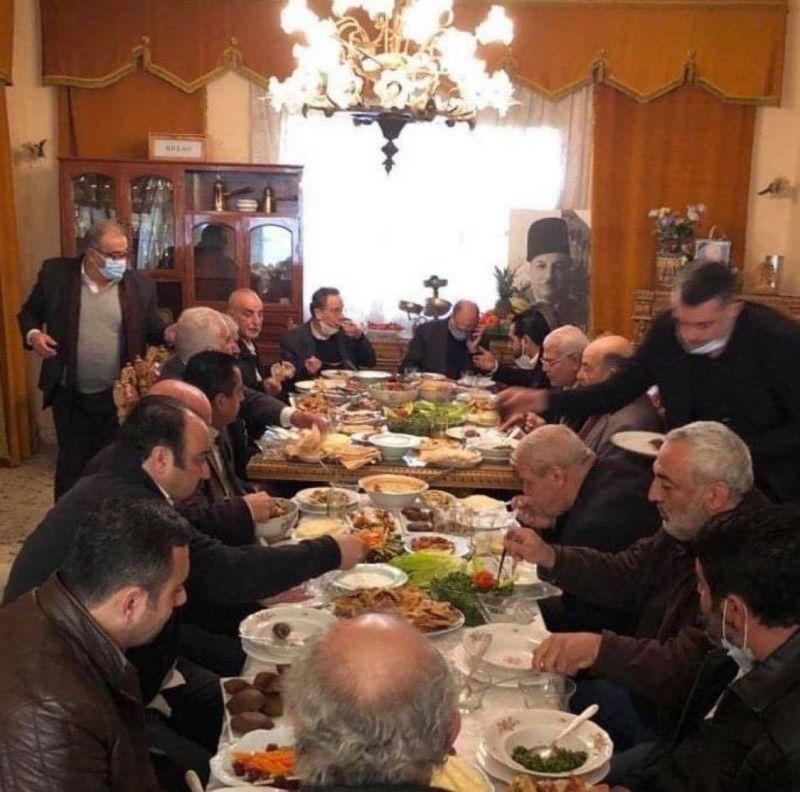 Attablés autour d'un déjeuner avec une quinzaine de personnes, Hassan et Nehmé suscitent un tollé