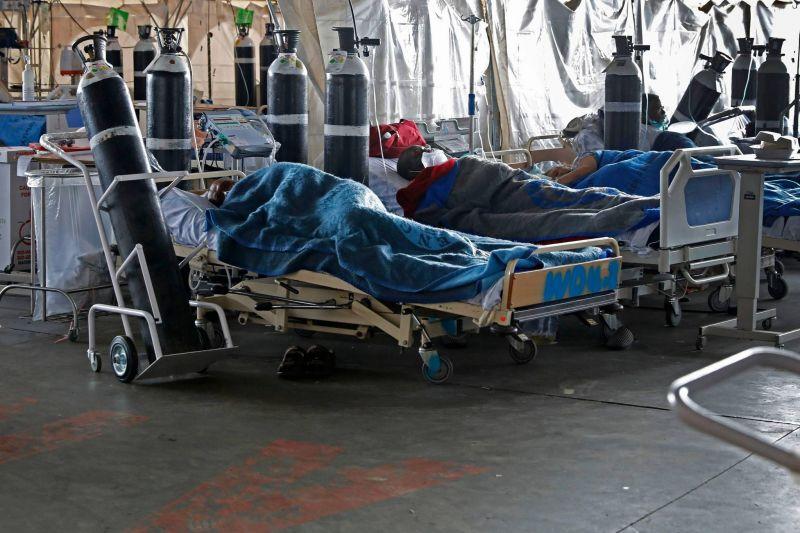 La pandémie accélère toujours, un an après l'annonce du premier mort en Chine