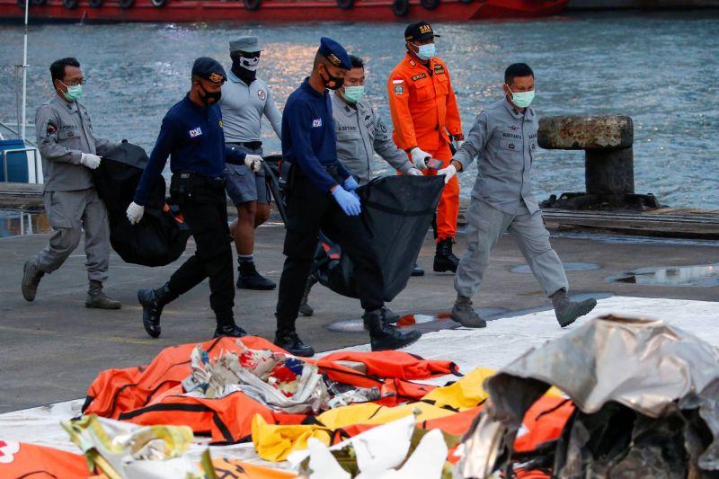 Accident de Boeing: les enquêteurs espèrent trouver la seconde boîte noire