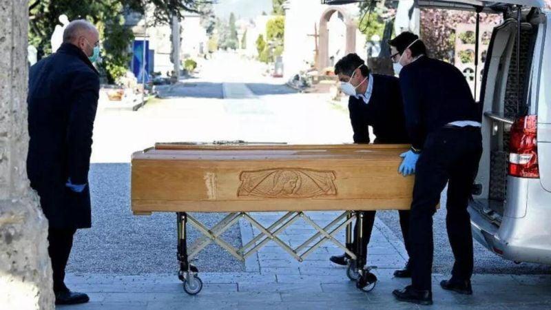 Un cercueil dans la salle de pause, quand le Covid déborde les pompes-funèbres