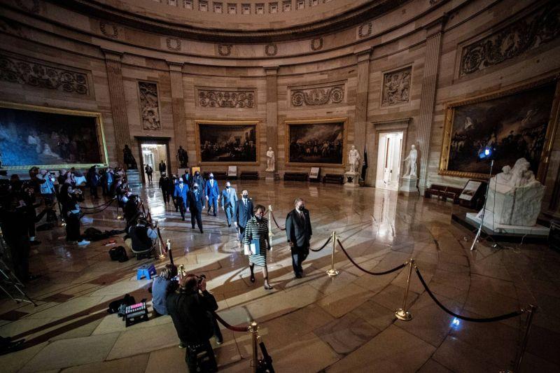 L'acte d'accusation visant Trump déposé dans un Capitole encore meurtri par les violences