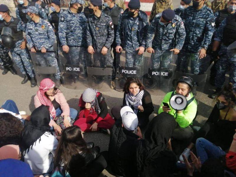 Violentes échauffourées entre manifestants et policiers anti-émeute devant le tribunal militaire de Beyrouth