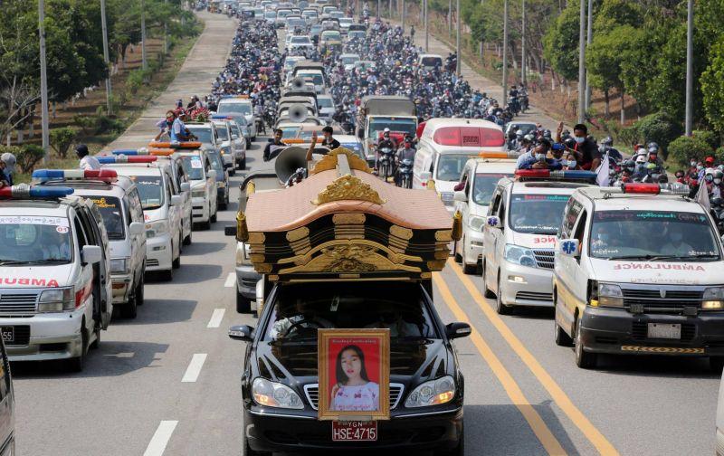 Funérailles d'une jeune manifestante au lendemain des violences les plus meurtrières en Birmanie