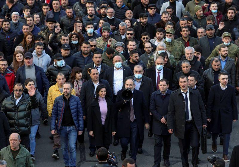Nikol Pachinian dans la rue pour dénoncer une tentative de putsch