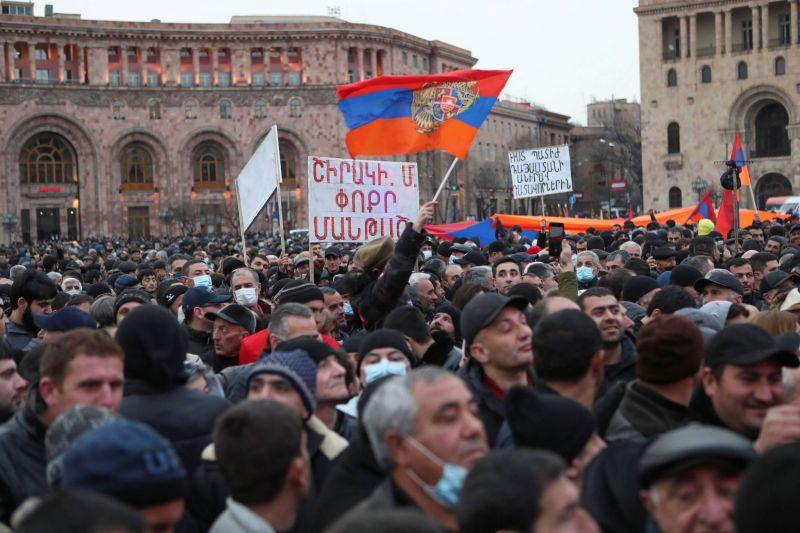 Meurtrie par la guerre, l'Arménie en proie aux troubles politiques