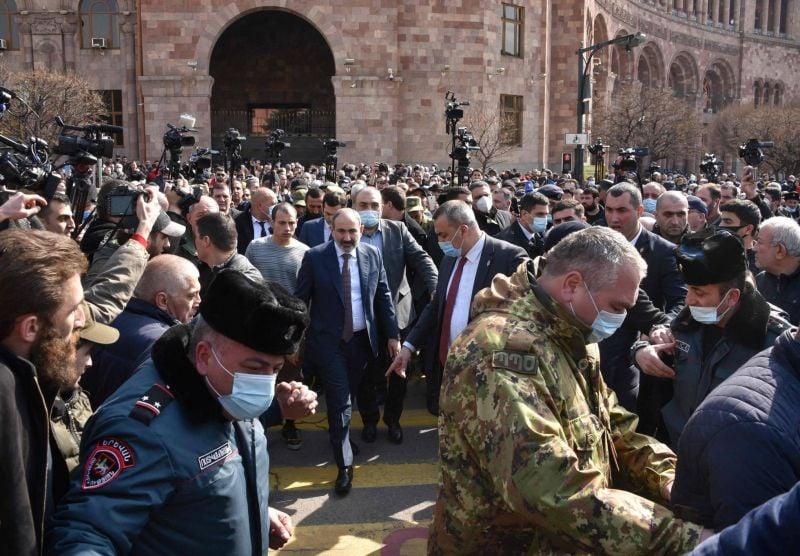 Le Premier ministre dénonce une tentative de putsch, les Arméniens dans la rue