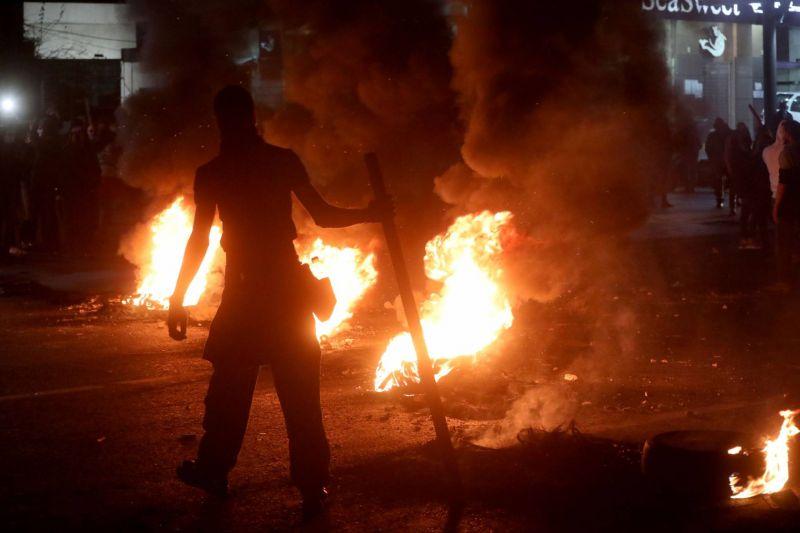 La colère continue de gronder au Liban, de nombreuses routes bloquées