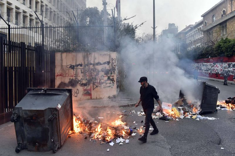 Face à la plongée de la livre, la rue laisse éclater sa colère