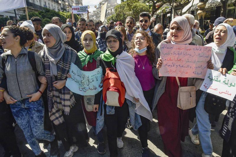Les étudiants dans la rue contre les législatives anticipées