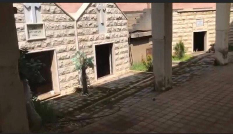 Des portes de tombe en métal volées dans un cimetière à Rayaq le jour de Pâques