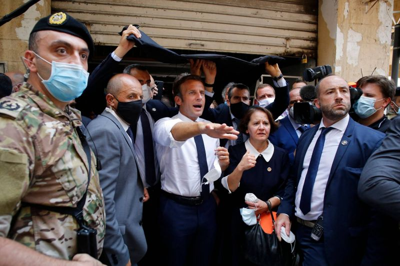 Des Libanais demandent à Macron le gel des actifs douteux de leurs responsables