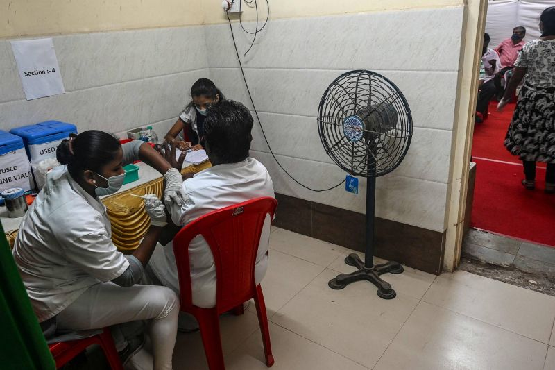 La vaccination connaît des ratés, contaminations record en Inde