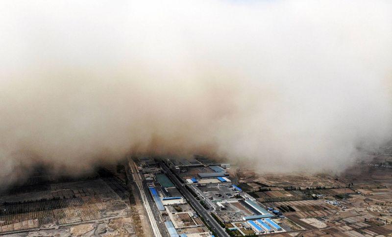 Une immense tempête de sable