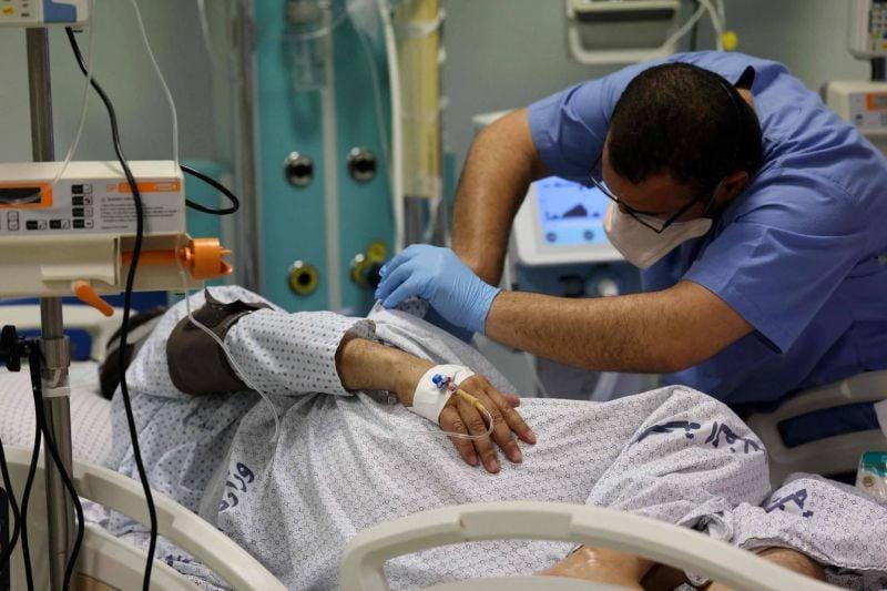 Dans une unité de soins intensifs de Gaza débordée par le coronavirus