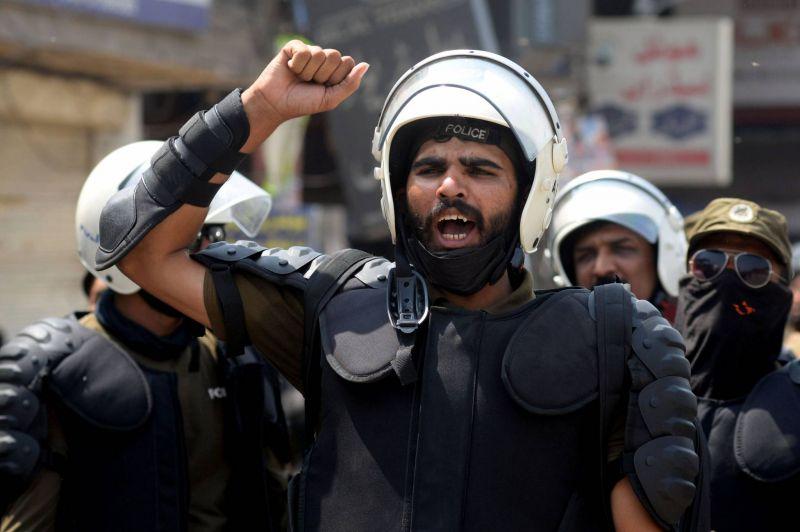 Au moins sept policiers pris en otage par des manifestants anti-France
