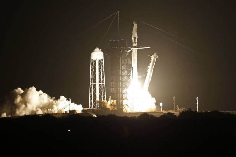 SpaceX lance quatre astronautes vers la Station spatiale internationale