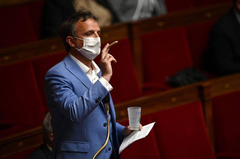 Un député pro-légalisation brandit un joint de cannabis dans l'Assemblée nationale