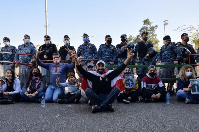 Sit-in devant le Tribunal militaire pour demander la libération d'activistes toujours détenus
