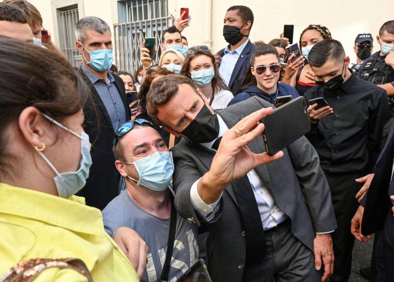 Macron giflé lors d'un déplacement, indignation générale