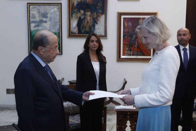 Trois ambassadeurs remettent leurs lettres de créance à Aoun
