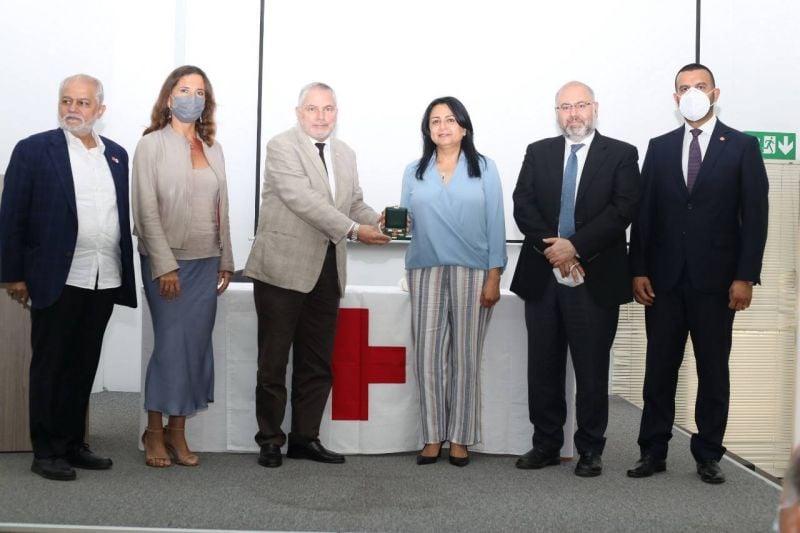 La médaille Florence Nightingale à la cheftaine du service des soins infirmiers à l'hôpital Hariri