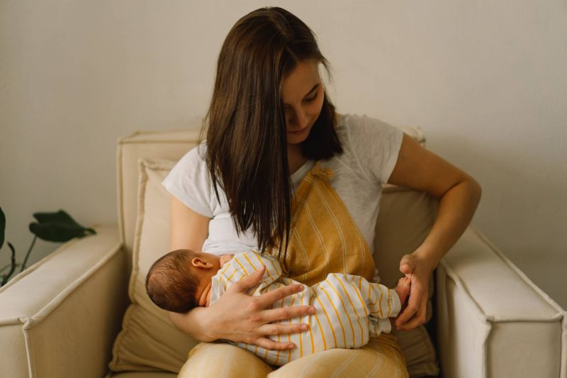 Les pénuries de lait maternisé, une aubaine pour les partisans de l'allaitement maternel ?