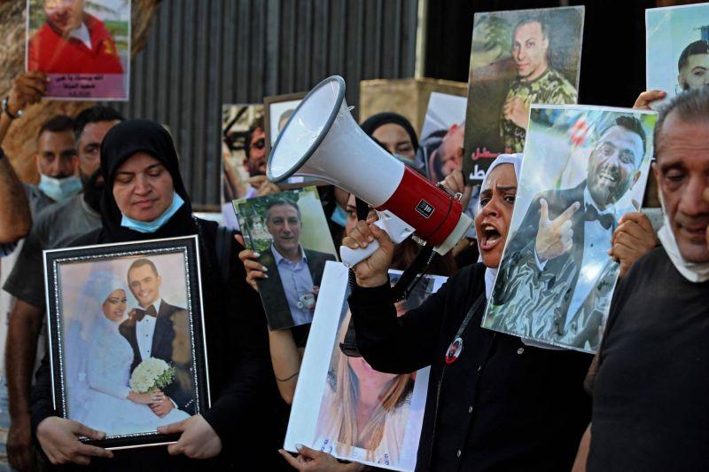 Levée de l'immunité : des proches de victimes crient leur colère sous les fenêtres de Machnouk et Fahmi
