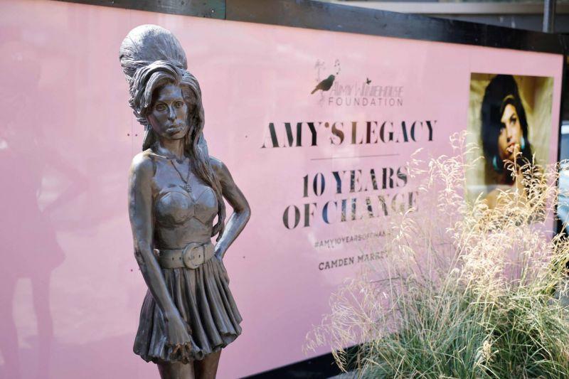 Dix ans après sa mort, la famille d'Amy Winehouse veut se réapproprier son histoire