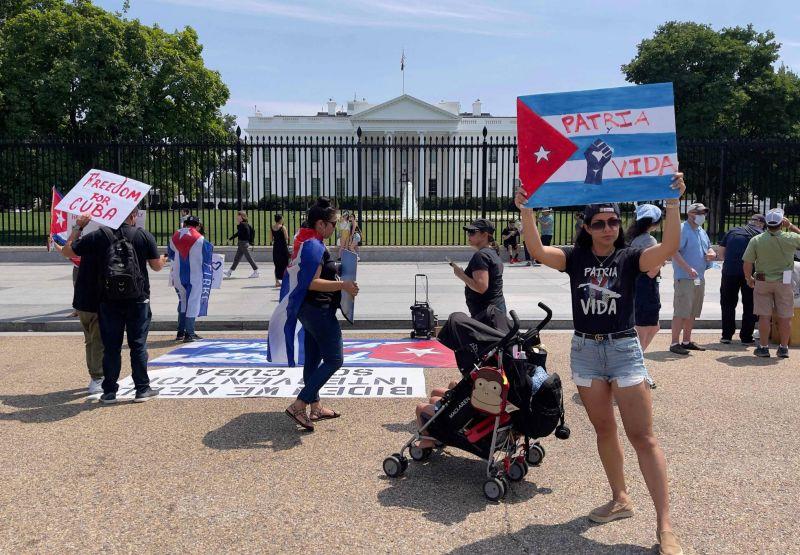 Symboliques, les sanctions US ne sont «qu'un début», prévient Biden