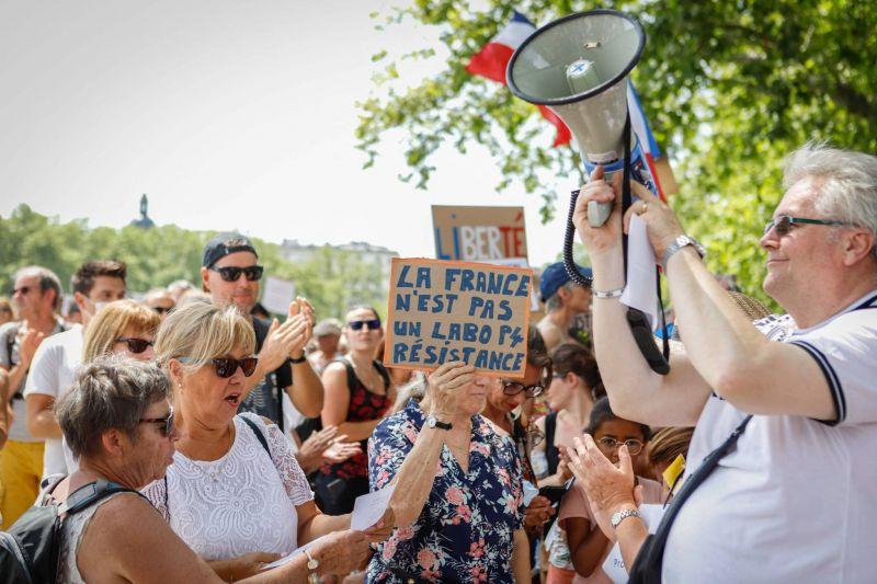 Des dizaines de milliers de manifestants en France contre les restrictions