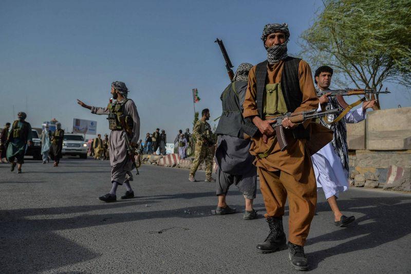 Les combats se poursuivent pour empêcher les talibans de s'emparer de grandes villes