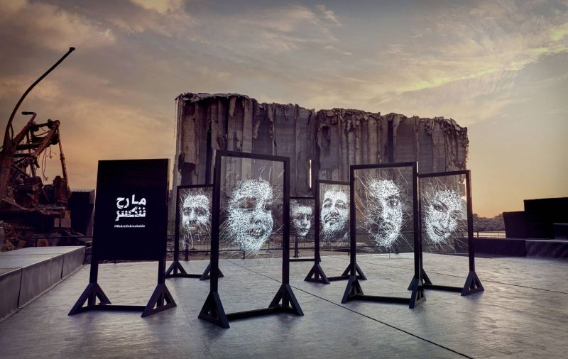 «We Are Unbreakable»: portraits des victimes en verre brisé