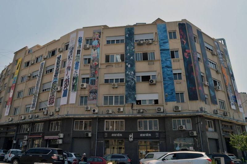 Quinze artistes habillent l'immeuble Boulos Fayad de leurs bannières en pleurs