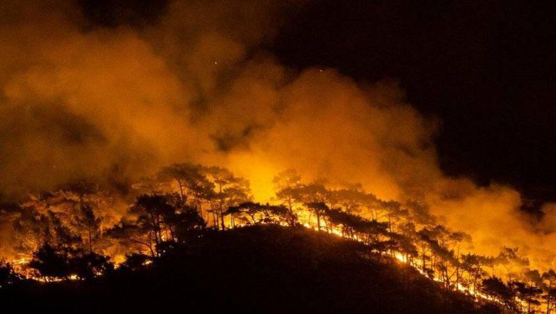 Incendies : une centrale thermique menacée, les évacuations continuent