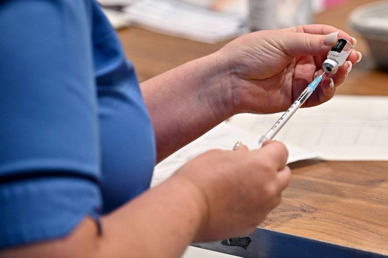 Vaccins anti-Covid : des milliards d'euros pour leurs producteurs