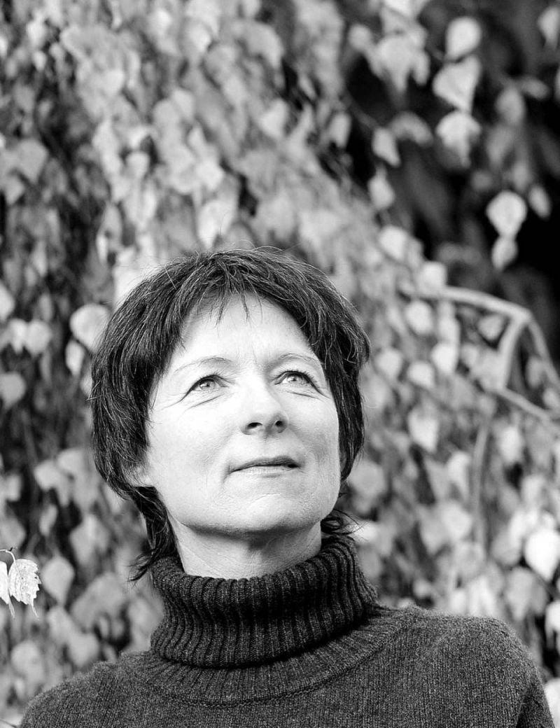 Claudie Gallay, comme assise aux pieds de ses personnages