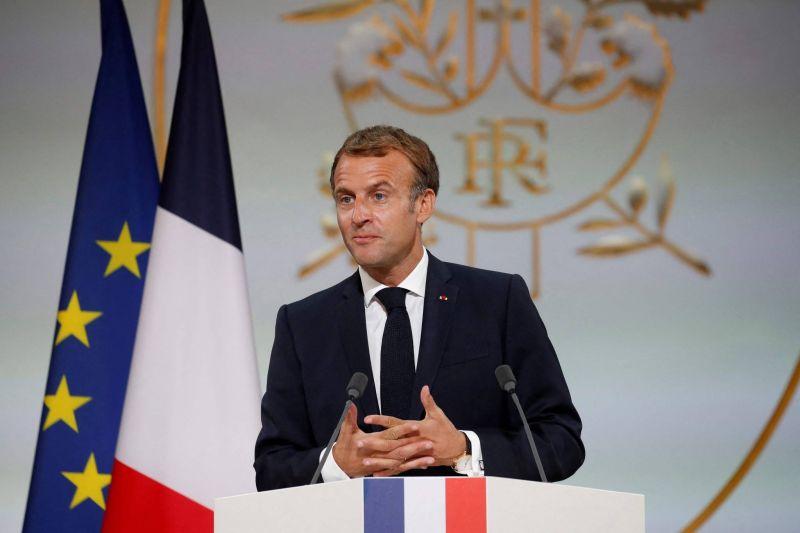 Macron «demande pardon» aux harkis et leur promet «réparation»