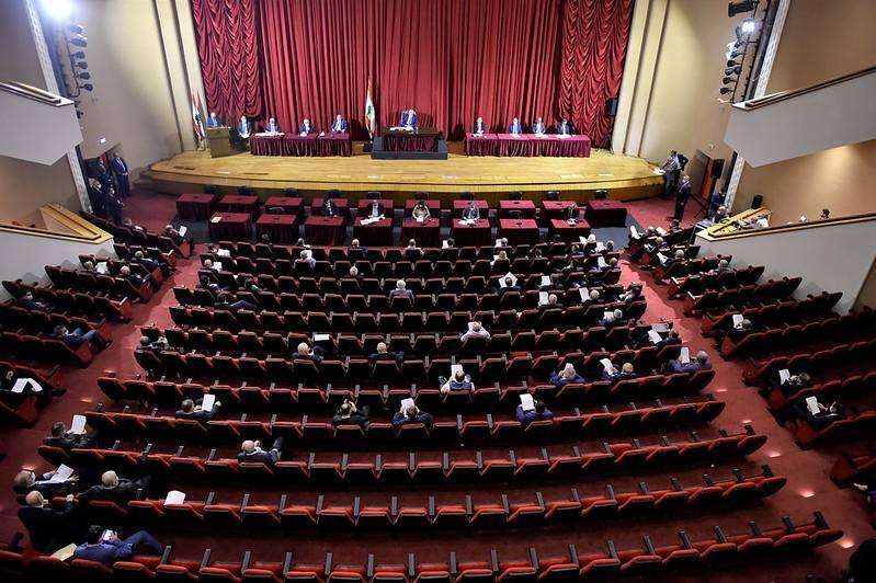 Le début de la séance parlementaire sur le vote de confiance retardé faute d'électricité