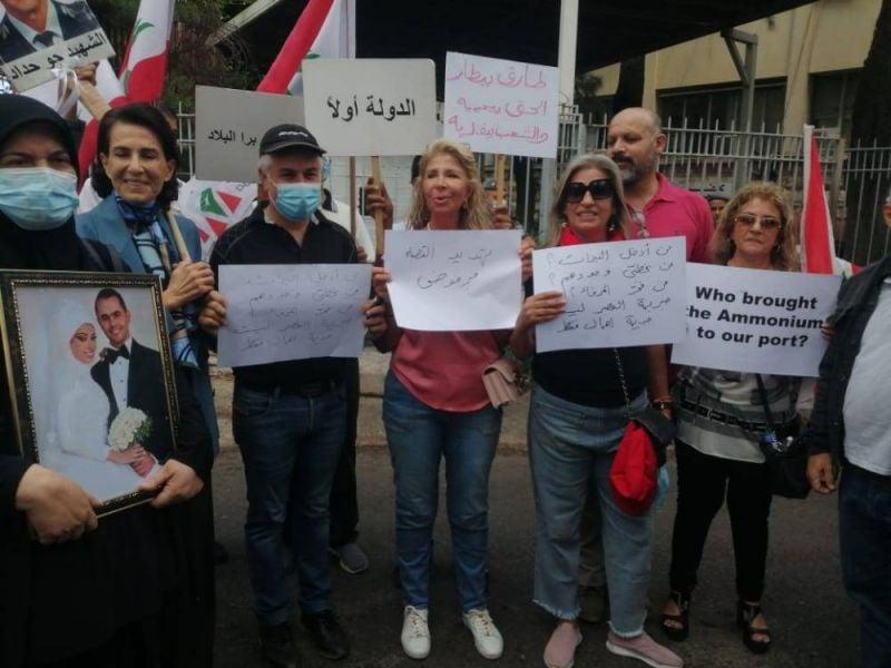 Machnouk réclame le dessaisissement de Bitar, des proches des victimes soutiennent le juge
