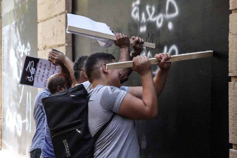 «Ils nous ont volés»: des déposants se mobilisent violemment à Beyrouth